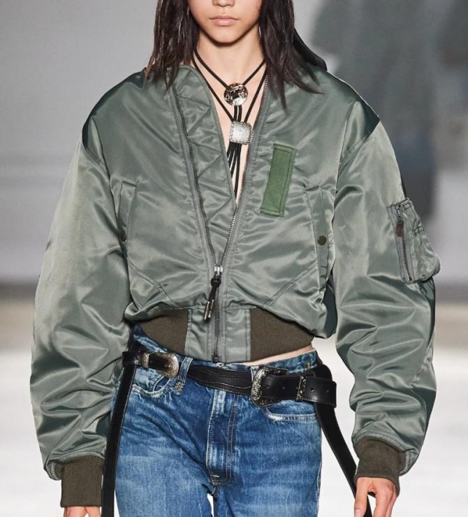какую куртку в 2021 году носить с синими джинсами девушкам - модель цвета хаки из нейлона от дизайнерского дома R13