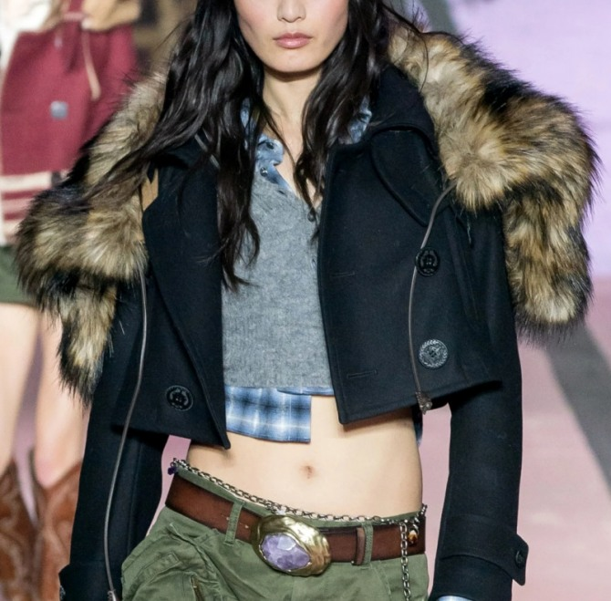 шикарная укороченная дамская куртка из черной шерсти с патами на рукавах и большим пушистым капюшоном из искусственного меха волка - коллекция осень-зима 2020-2021 Dsquared2