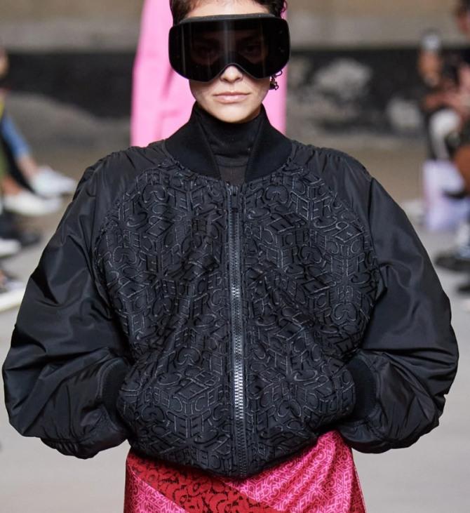 черная нейлоновая куртка-бомбер для девушек с рукавами реглан в комплекте с юбкой розового цвета - фото из кутюрных коллекций на 2021 год