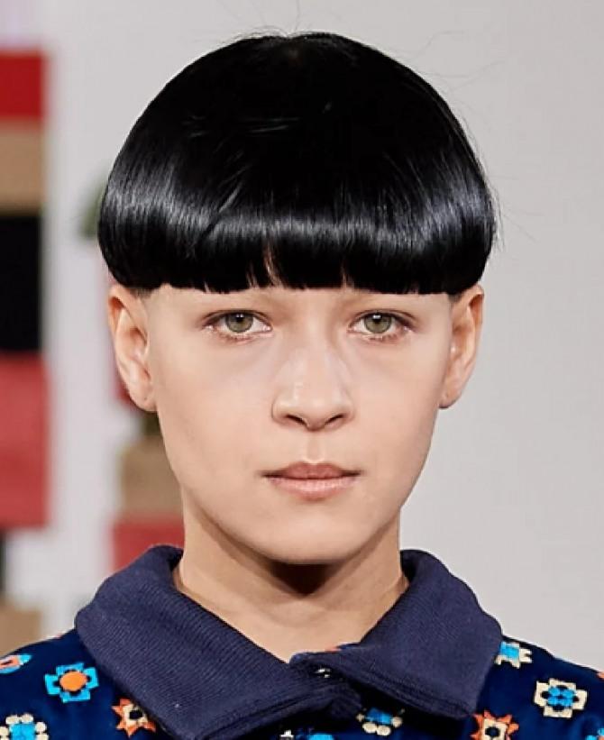 какие стрижки для коротких волос самые модные осень 2020 года - фото стрижки шапочка на волосах цвета воронова крыла