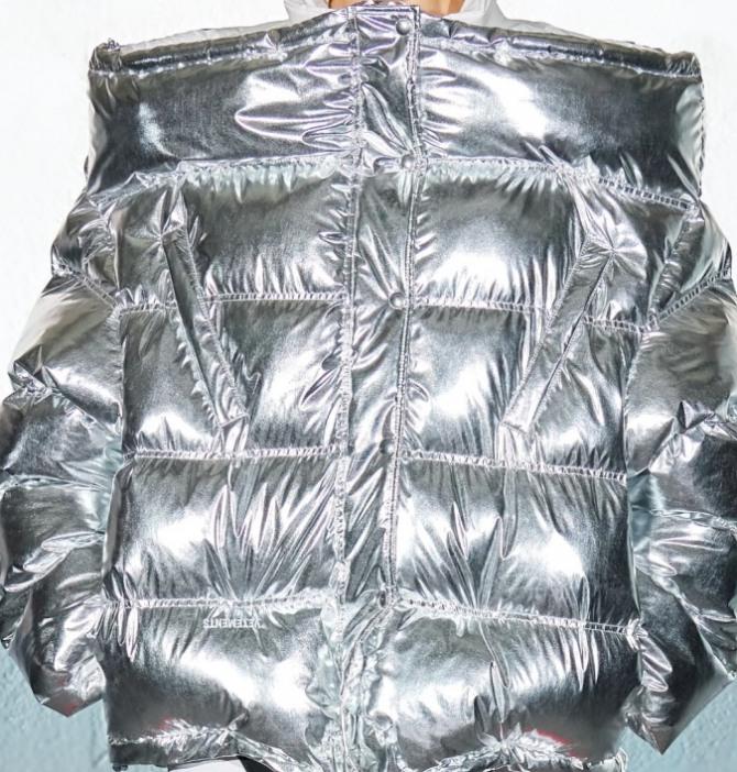 """серебристая куртка 2021 года из металлизированной """"космической"""" ткани - коллекция Vetements"""