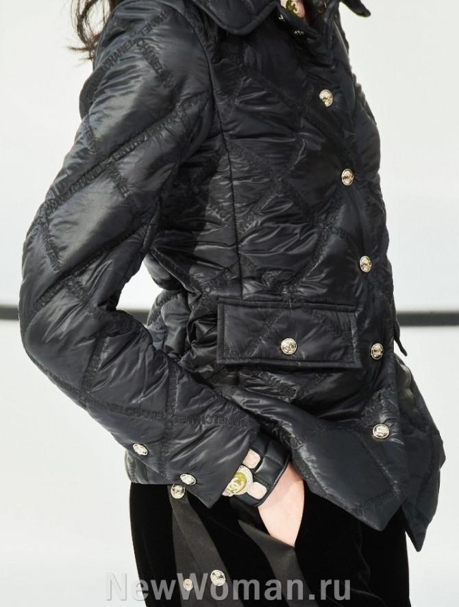 черная нейлоновая куртка 2021 года от бренда Chanel - уличная мода для женщин