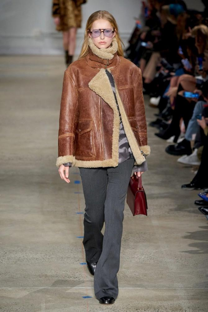 светло-коричневая дубленка до бедер - модный зимний лук из коллекции Zadig & Voltaire 2021 года