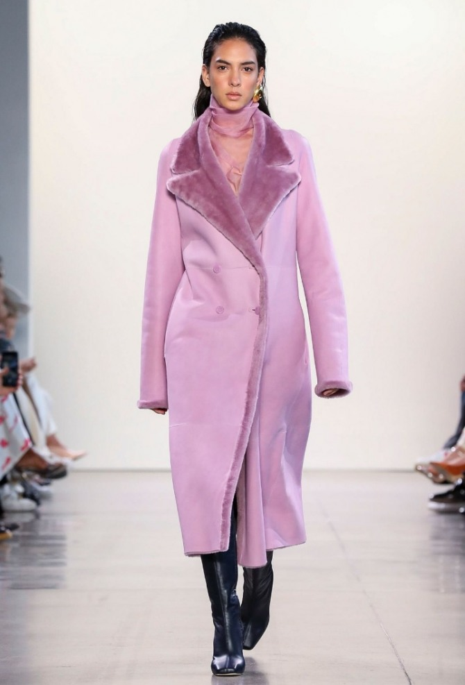 дубленка-пальто розового цвета с воротником и лацканами цвета сирени