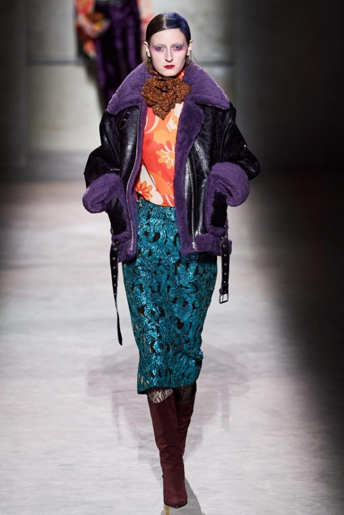 кожаная женская дубленка черного цвета пилот до бедер с отделкой из меха фиолетового цвета - модный лук от бренда Dries Van Noten 2021 год