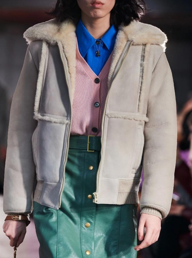 красивая стильная модная женская короткая бежевая дубленка с застежкой-молнией с подиума на 2021 год