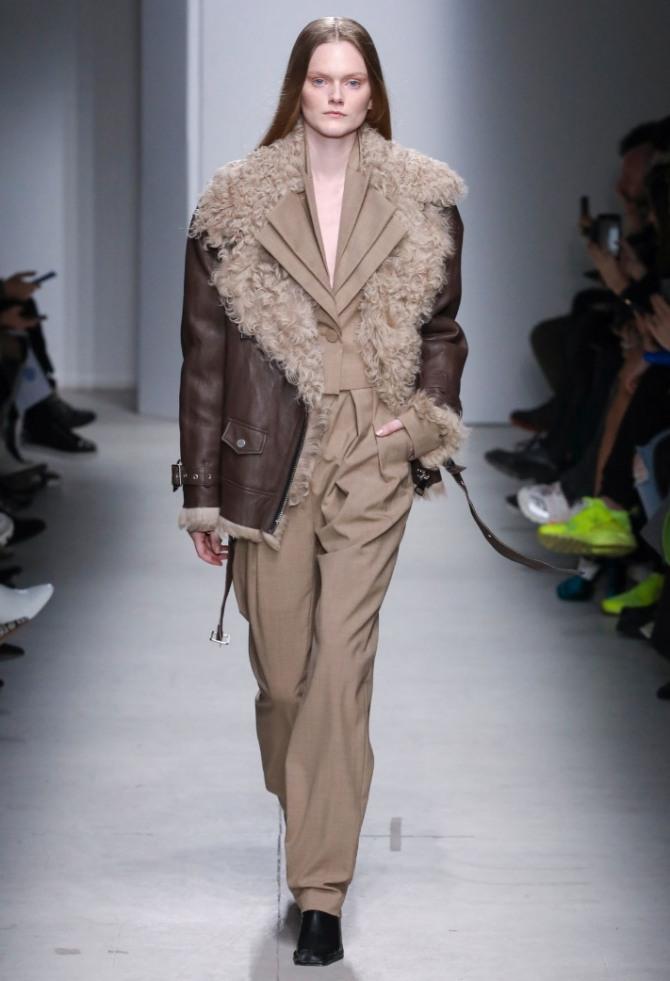 Дубленка женская из темно-коричневой кожи длиною ниже бедра с большим длинноворсовым воротником и крупными лацканами - модный лук от бренда Annakiki на 2021 год.
