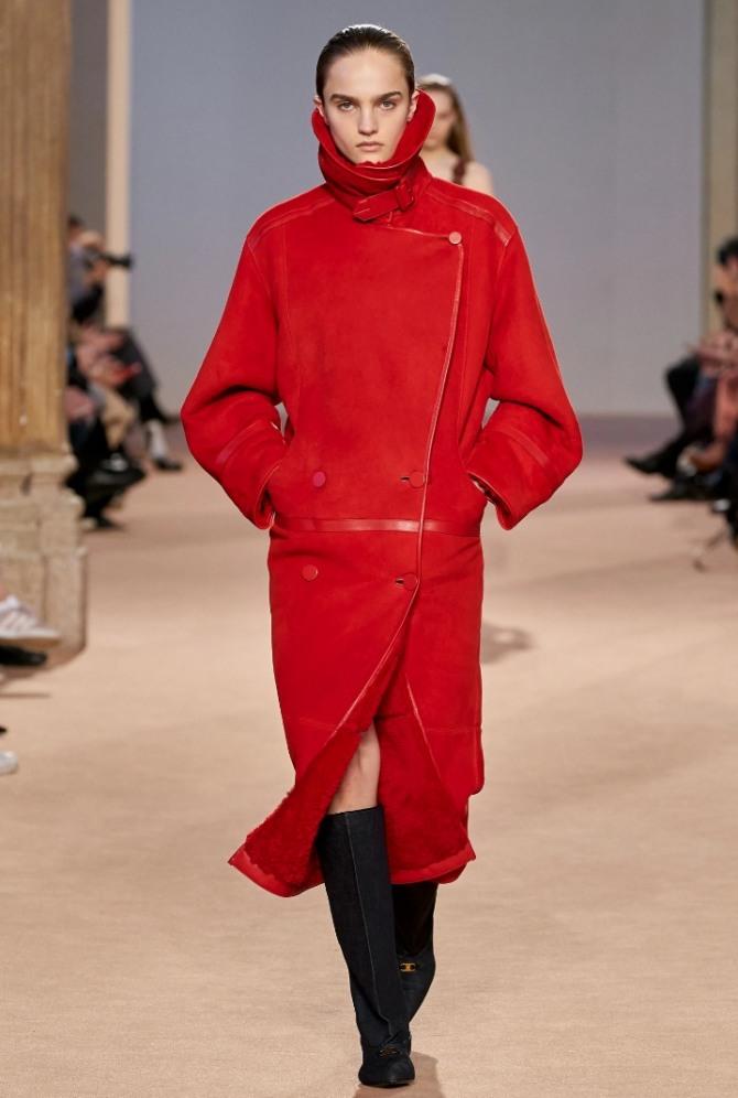 женское пальто из дубленой кожи красного цвета