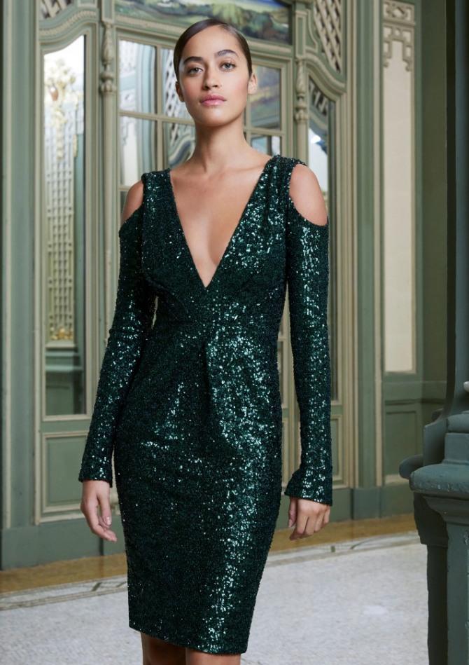 блестящий вечерний костюм жакет плюс юбка оригинального фасона с вырезами на плечах длиною до колена - мода 2021 года