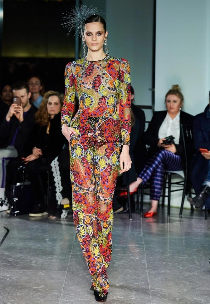 нарядный яркий брючный костюм минималистического фасона из брюк и блузы с принтом восточный огурец - фото с подиума