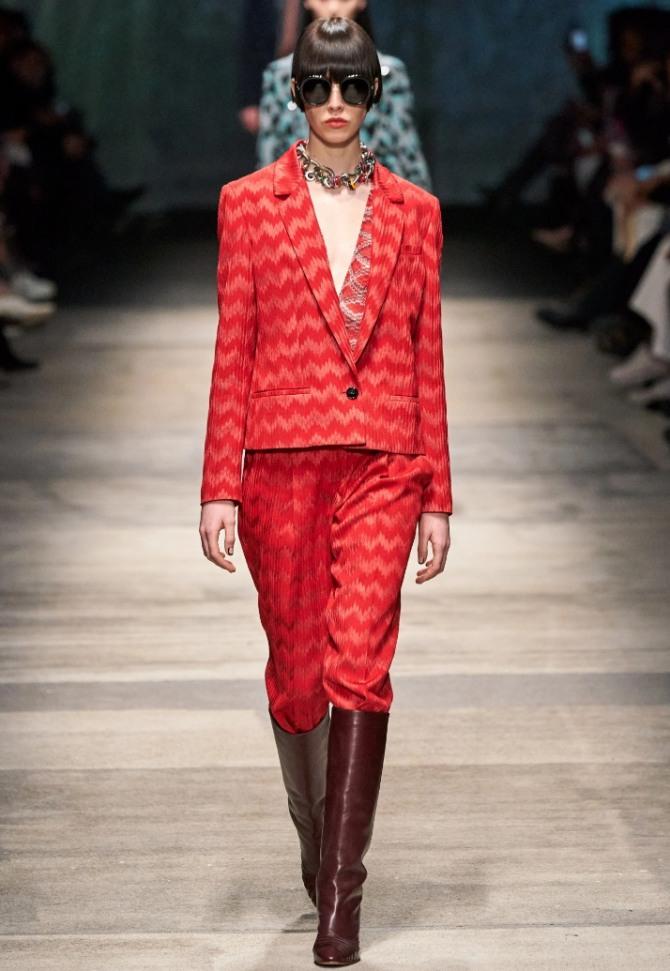 вечерний брючный костюм красного цвета с ломаными полосками на ткани - тренды с подиума 2021 года