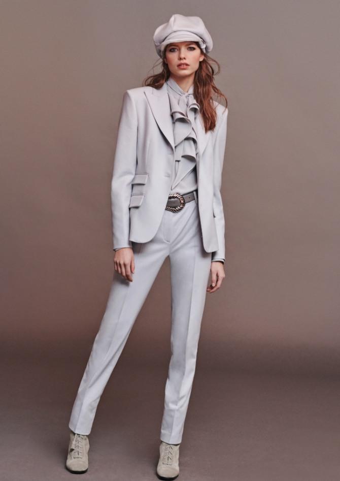 светлый брючный костюм с женственной блузкой с воланами