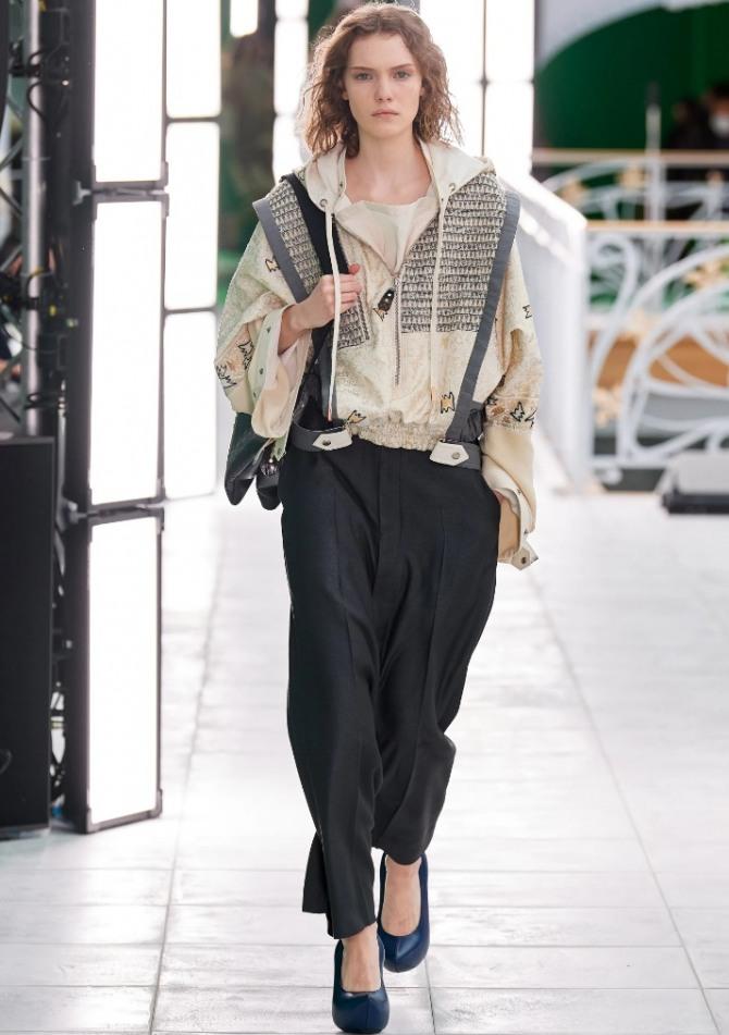 парижская уличная мода 2021 года - на фото образ с черными брюками и светлой курткой на молнии