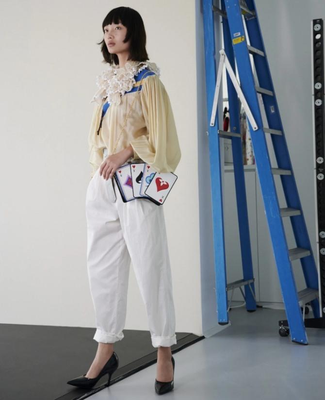 с какими блузками в 2021 году носить белые женские брюки - фото с модных показов