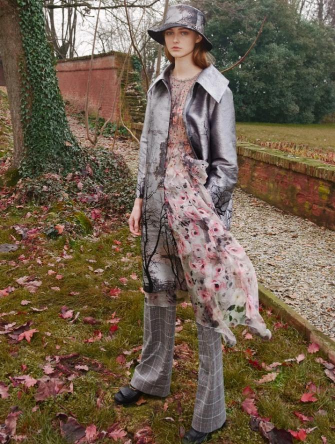 стильный осенний молодежный образ 2021 года для девушки - розовое шифоновое платье с клетчатыми брюками