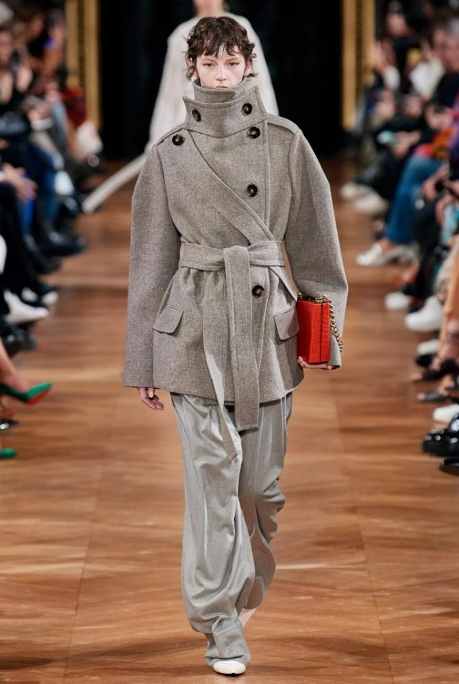 стильный демисезонный образ с серыми брюками и серо-коричневым двубортным полупальто - тренды 2021 года для женщин