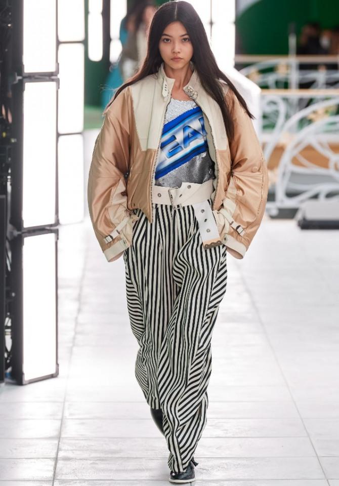 женская уличная мода весна 2021 - с какой курткой носить брюки в черно-белую полоску