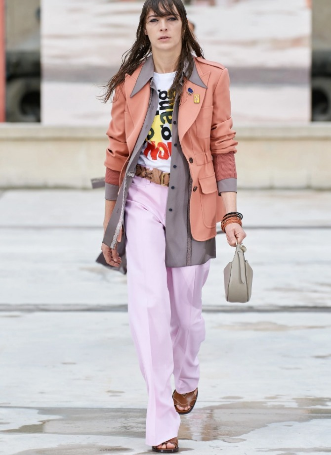с какими футболками носить летние розовые брюки 2021 года