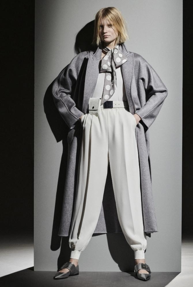 элегантный стильный образ весна 2021 - плащ серого цвета с белыми брюками в спортивном стиле с манжетами внизу штанин