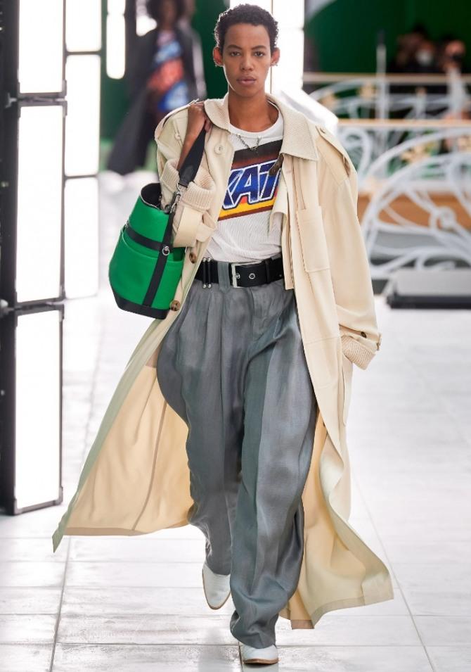 с каким плащом носить в 2021 году серые брюки