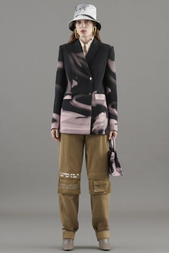 брюки карго горчичного цвета с двубортным жакетом и шляпой - стильный весенний уличный образ 2021 года