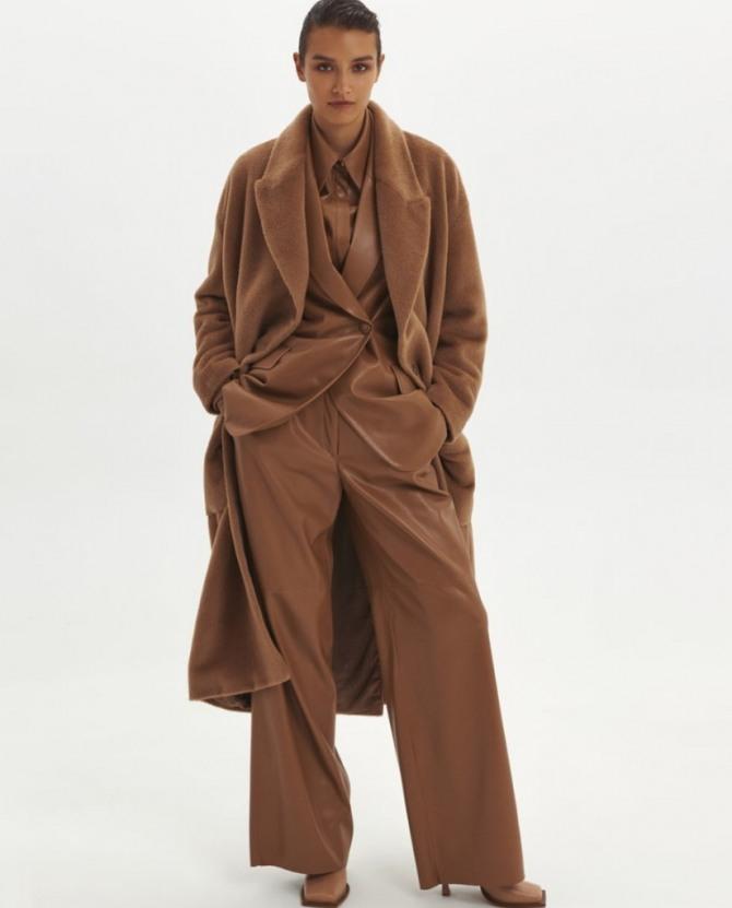 классический осенний лук в стиле тотал-лук: брюки, пальто, блузка в коричневой цветовой гамме