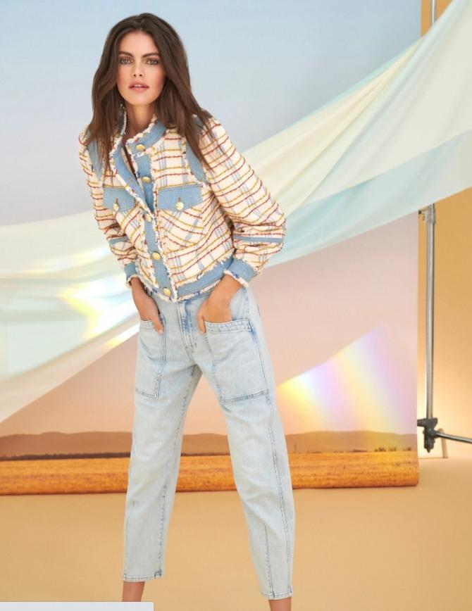 нежный образ для девушки в розово-голубых тонах - джинсы и жакет - новинки с модных показов 2021 года