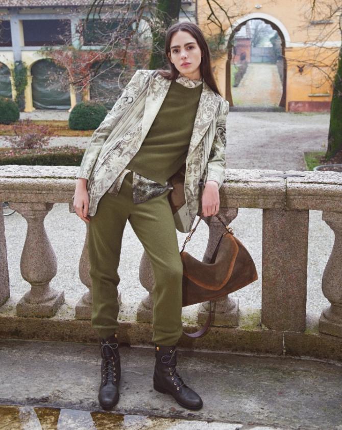 супер модный образ осени 2021 года - трикотажный брюки-шаровары и джемпер цвета хаки в ансамбле с серым пиджаков и грубыми черными ботинками