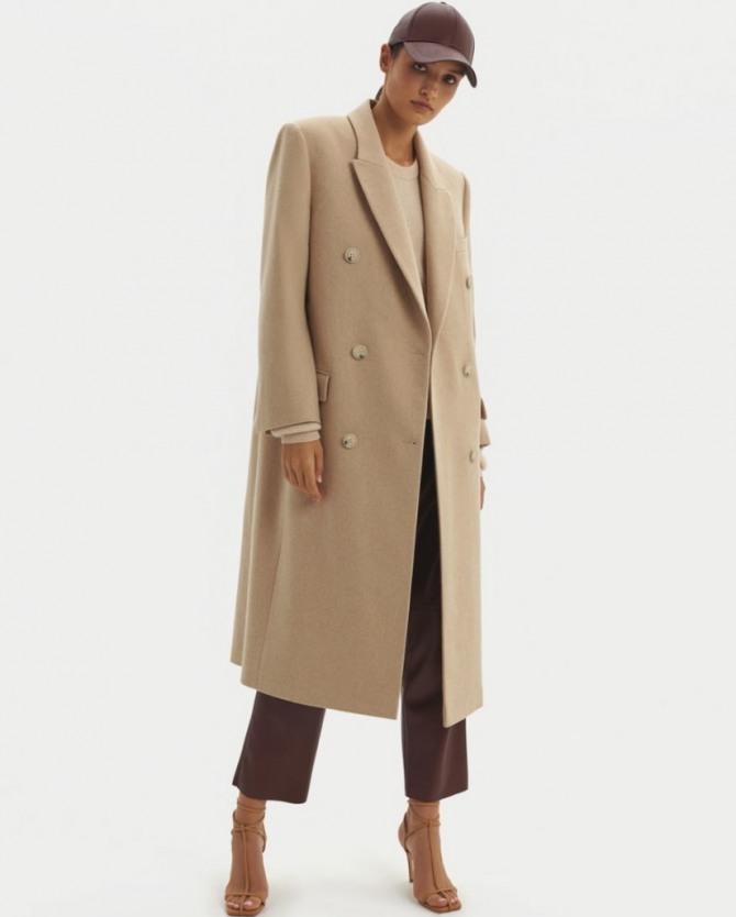 уличная демисезонная европейская мода 2021: с какими брюками, головными уборами и обувью носить светлое бежевое женское двубортное пальто миди