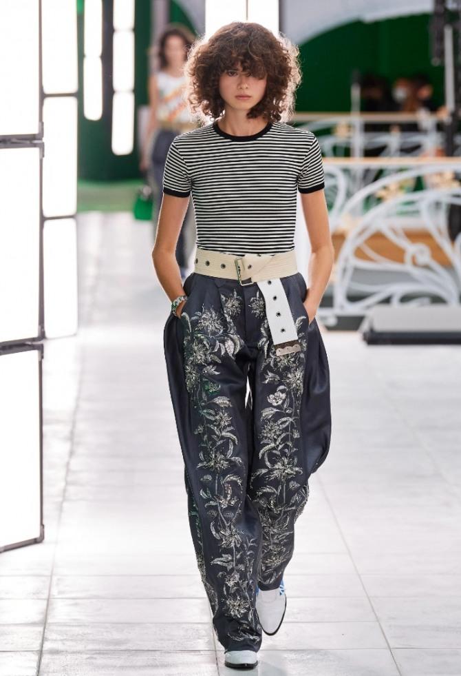 весенние черные брюки 2021 года с белым цветочным орнаментом в ансамбле с полосатой футболкой - стильный образ для девушки