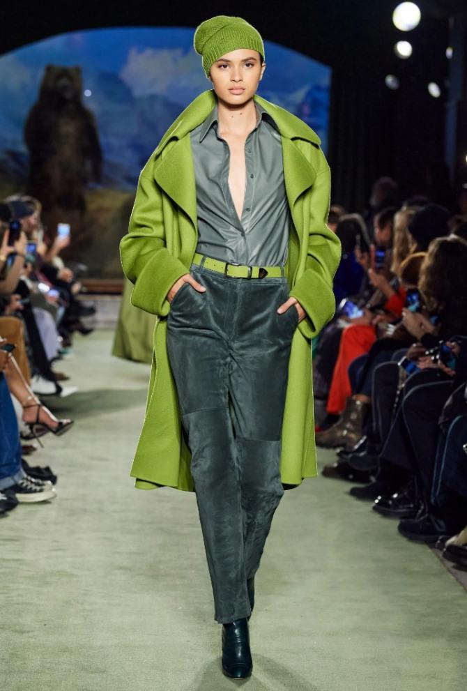 монохромный демисезонный образ с темно-зелеными брюками 2021 года - фото с модных показов
