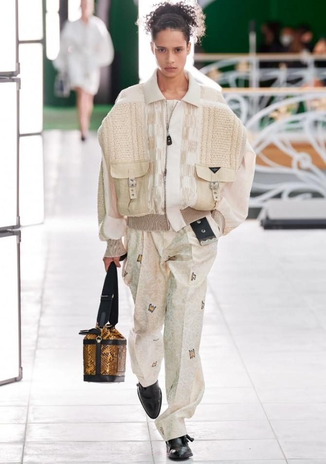 стильный европейский уличный образ 2021 года: светлые брюки, светлая куртка и черные туфли