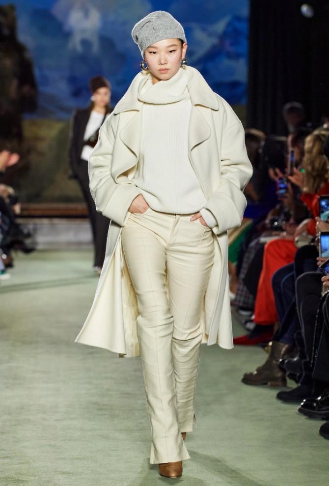 роскошный монолук на осень 2021 года: светлые брюки со свитером и пальто