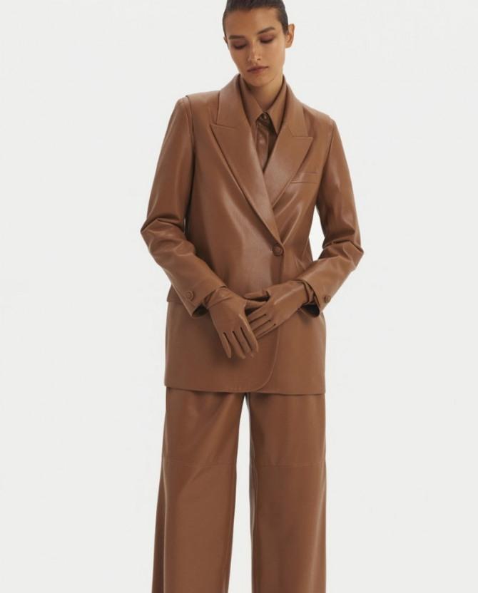 с какими брюками носить коричневый кожаный пиджак весной и осенью 2021 года