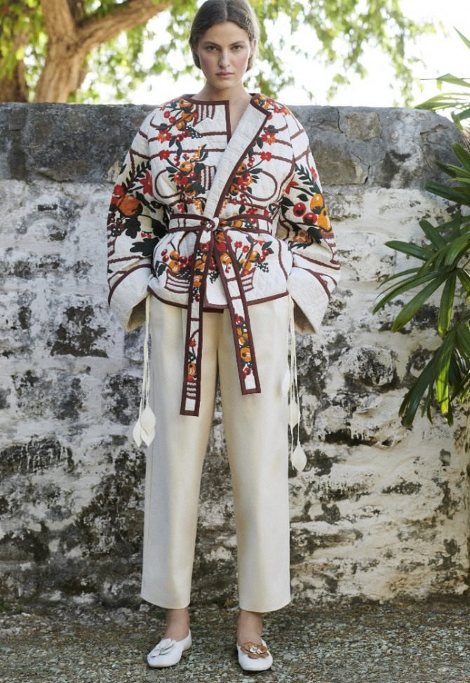 красивый образ светлые брюки и жакет с запахом и ярким принтом - новинки с модных показов весна-лето 2021