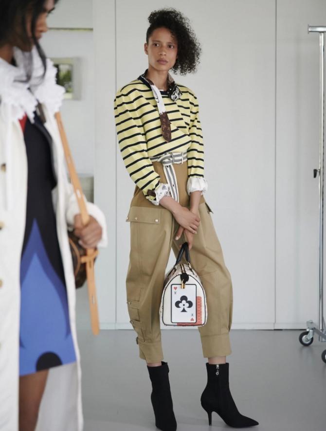 полосатая блузка в желтых тонах в комплекте с брюками карго - тренды 2021 года