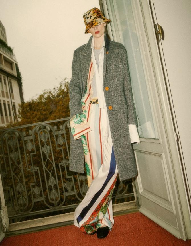 модные тенденции весна 2021 - пальто с шелковыми брюками в полоску - фото новинок с модных показов
