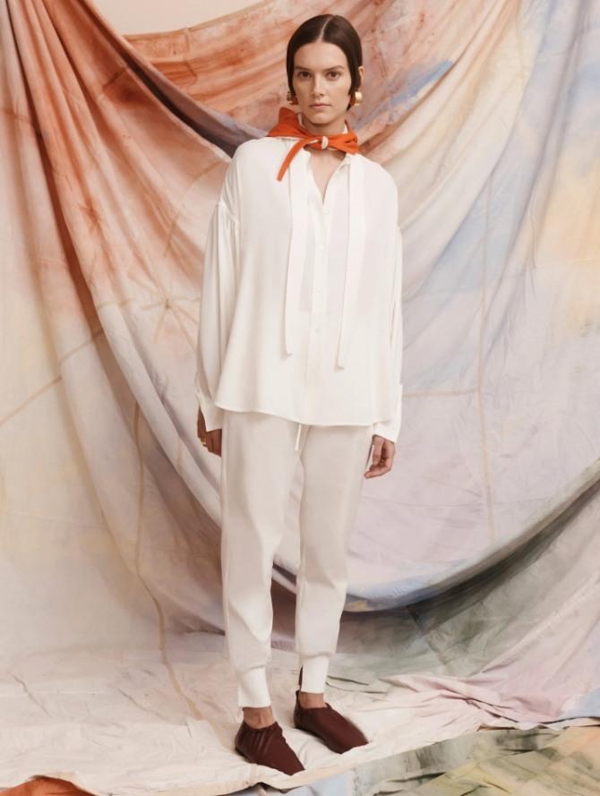 брюки-шаровары для девушек с тонкими ногами в ансамбле со свободной блузой - тренды весна-лето 2021 года в женской одежде