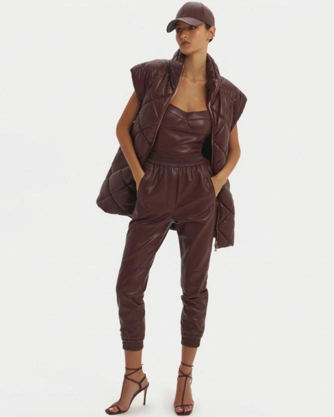с какими брюками носить стеганую куртку без рукавов - уличная мода осень-зима 2021 года
