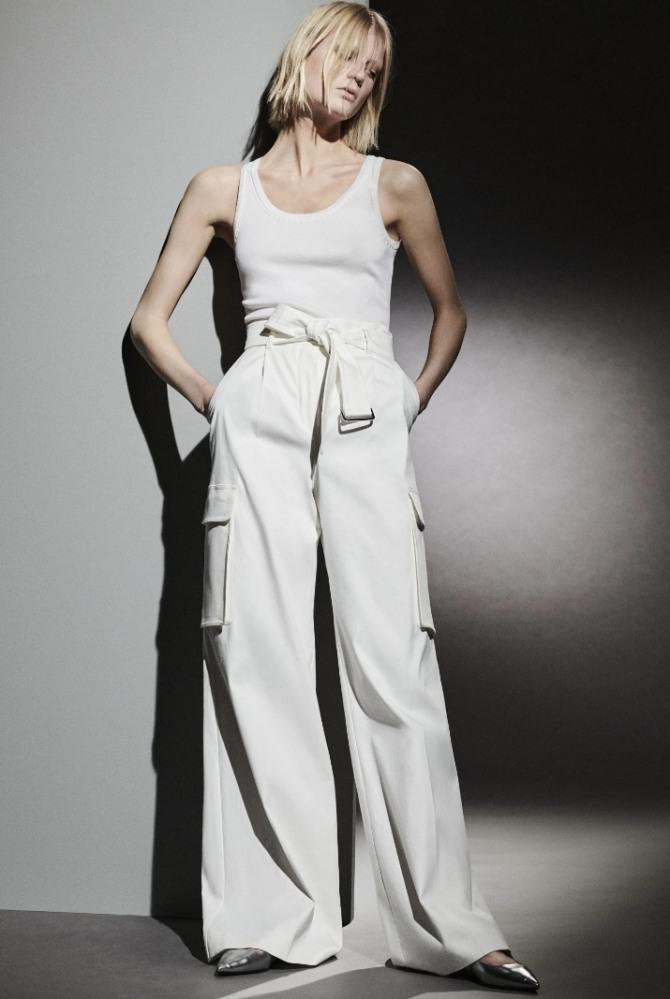 майка-топ с белыми брюками клеш - летние новинки 2021 года, фото женских трендов 2021 года