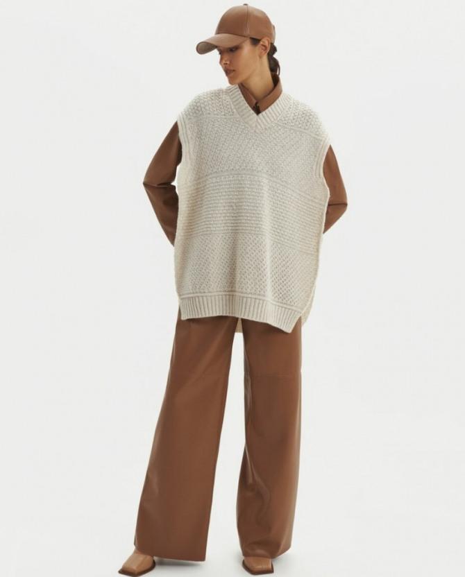 с каким полувером без рукавов носить коричневые брюки осень-зима 2021 года