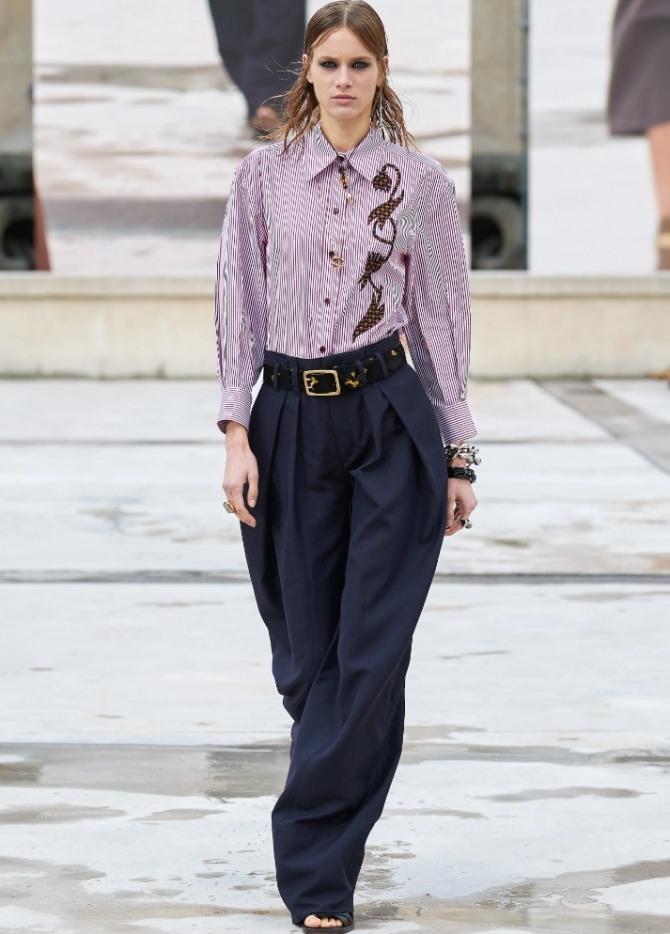 черные брюки со складками на талии в ансамбле с блузкой-рубашкой в бело-розовую полоску